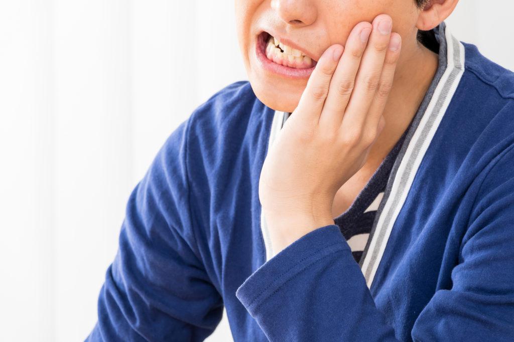 奥歯が痛い男性