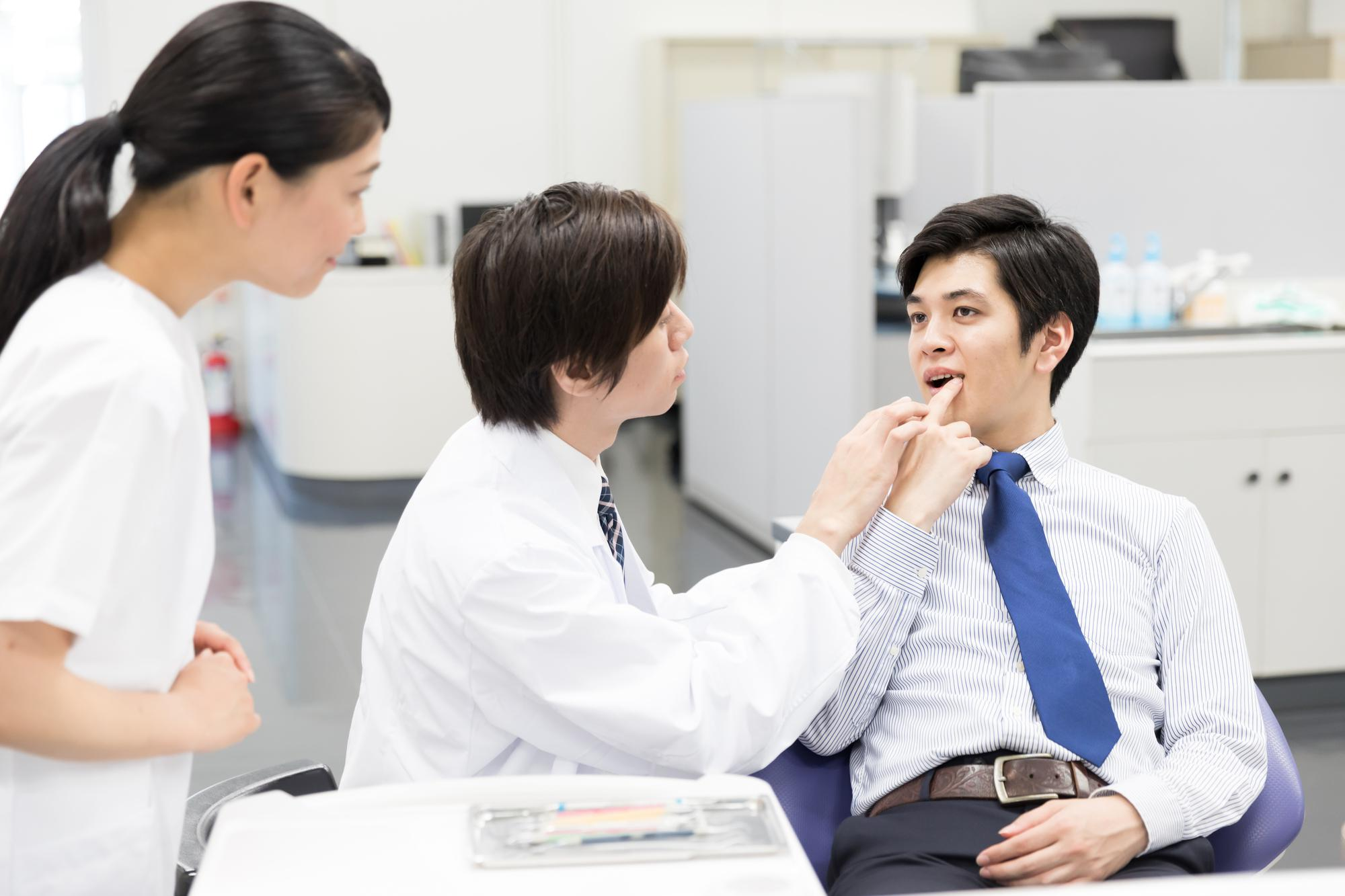歯科を受診する男性