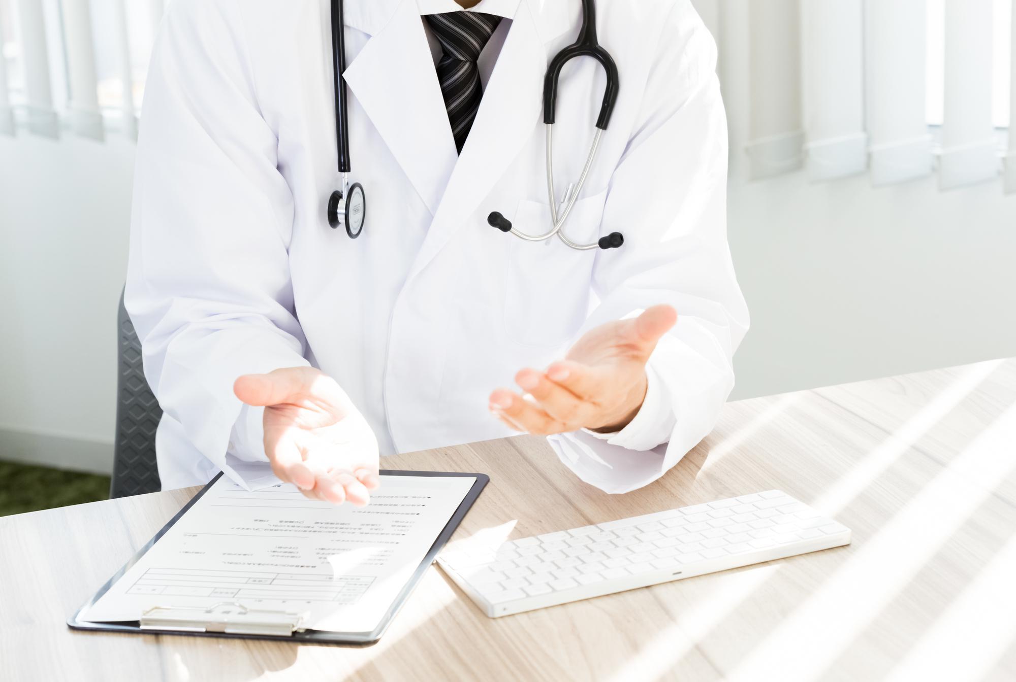 治療の流れを説明する医師