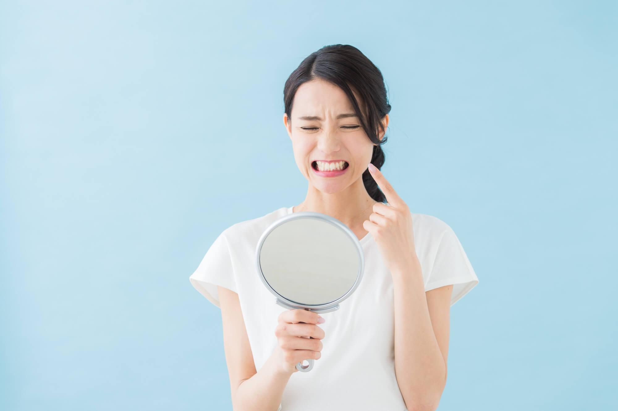 虫歯を確認する女性