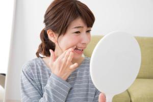 歯周病を気にする女性の写真