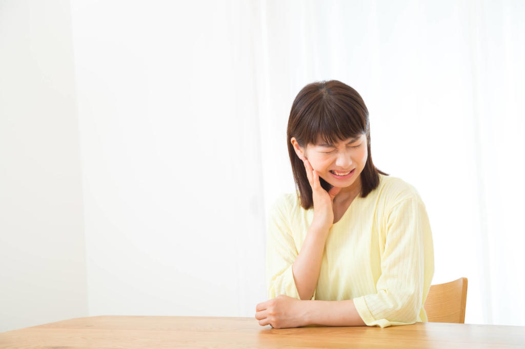 奥歯が痛い女性