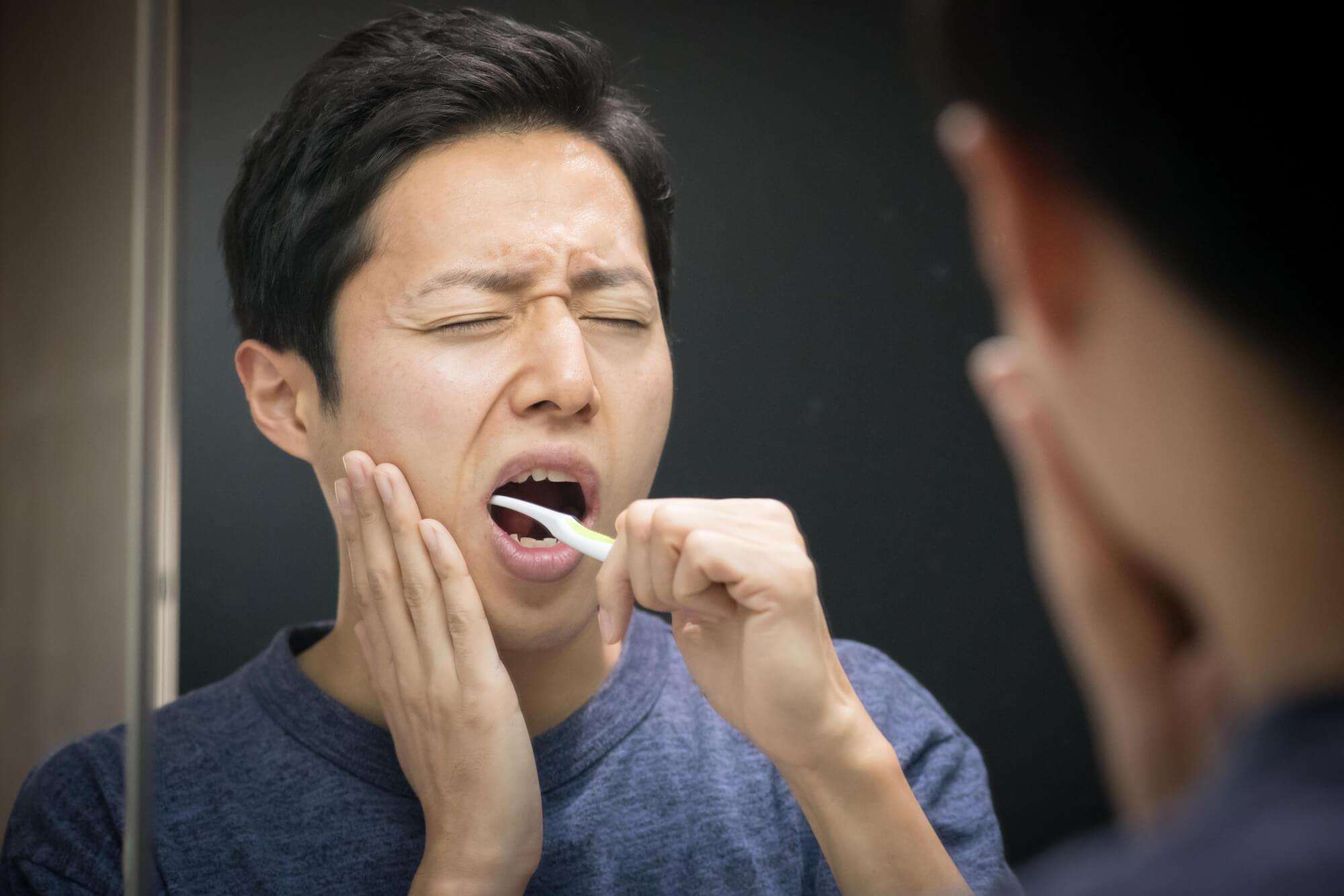 口の中が痛い男性