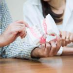 歯の模型を見る夫婦